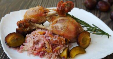 Сочная курочка фаршированная рисом и сливой — Запечённая в рукаве целиком в духовке